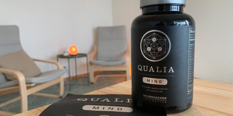 Eine Packung Neurohacker Qualia Mind steht auf einem Tisch mit 2 Kapseln